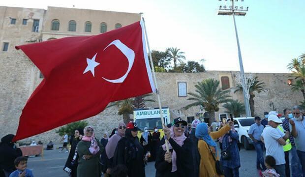 Libyalılardan Sisi'ye Türk bayrağıyla cevap: Türk halkına ve hükümetine teşekkür ediyoruz