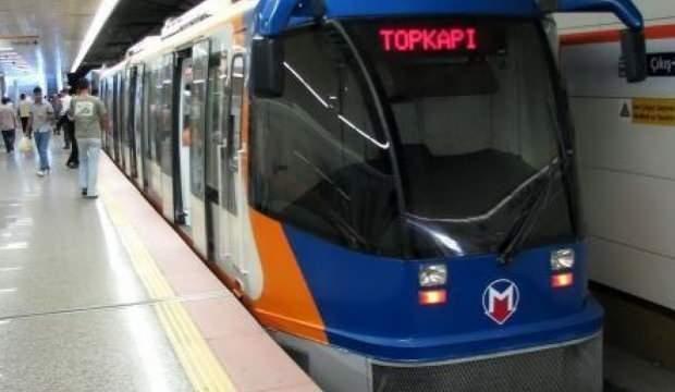 Tramvayda maske takmayan gence fırça!