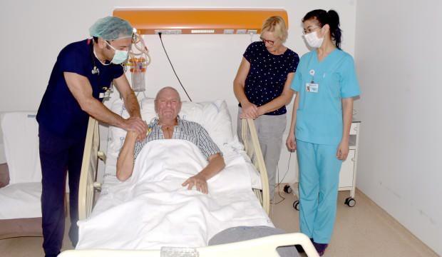 Türk doktoruna ameliyat olan Hollandalı emekli asker gözyaşlarına boğuldu