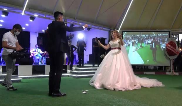 Virüs gölgesinde ilk düğün yapıldı, sadece gelin ve damat oynadı