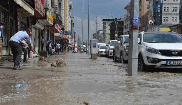 Yüksekova'da aniden bastıran yağmur caddeleri göle çevirdi