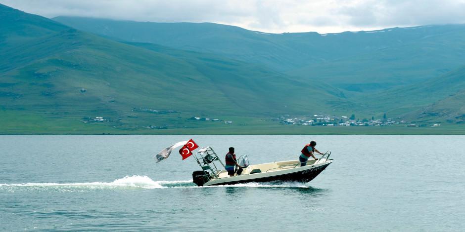 Çıldır Gölü'nde kışın atlı kızak yazın tekne turu