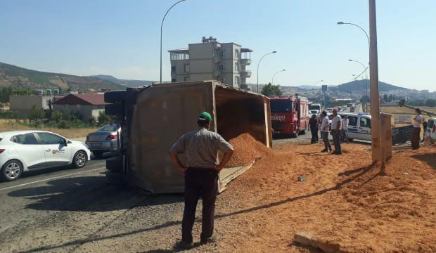 Mucur yüklü kamyon yayaların üzerine devrildi: 1 ölü