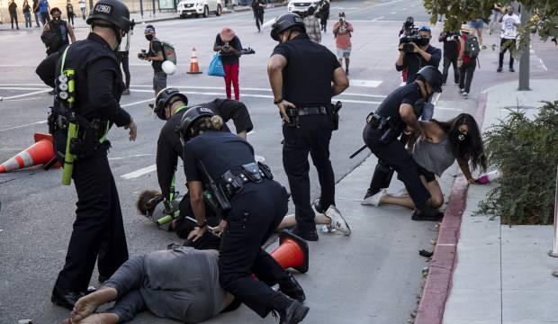 ABD'de gösteriler sürüyor: Bir protestocu polisi yere yıktı
