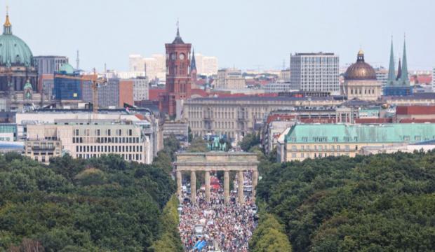 Korona tedbirlerine karşı Almanya'da büyük tepki