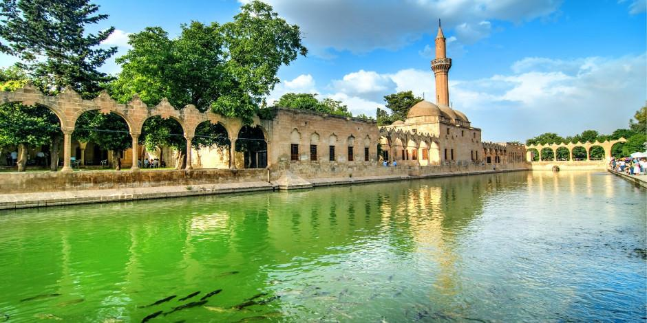 Balıklıgöl'ün 8 asırlık Döşeme Camisi ibadete açıldı