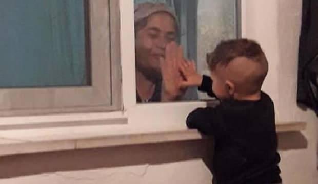 Yürek burkan görüntü! Koronavirüse yakalanan babaannesiyle pencereden görüşebiliyor