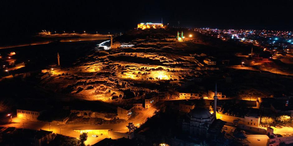 Kayadan oyma tarihi Kayaşehir gece gündüz ziyaretçi ağırlıyor