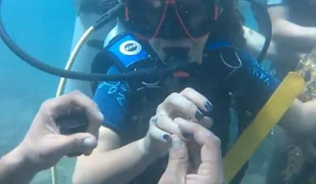 Polis memuru ve kız arkadaşı su altında nişanlandı