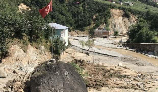 Türk bayrağı dikili kaya selde yerinden oynamadı