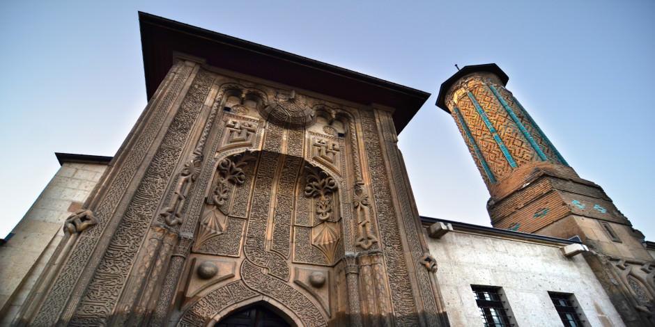 Tarihte yolculuğa çıkaran İnce Minareli Medrese