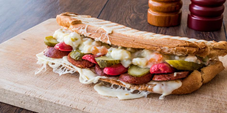 Ayvalık'ın meşhur lezzetleri: Bol malzemeli Ayvalık tostu