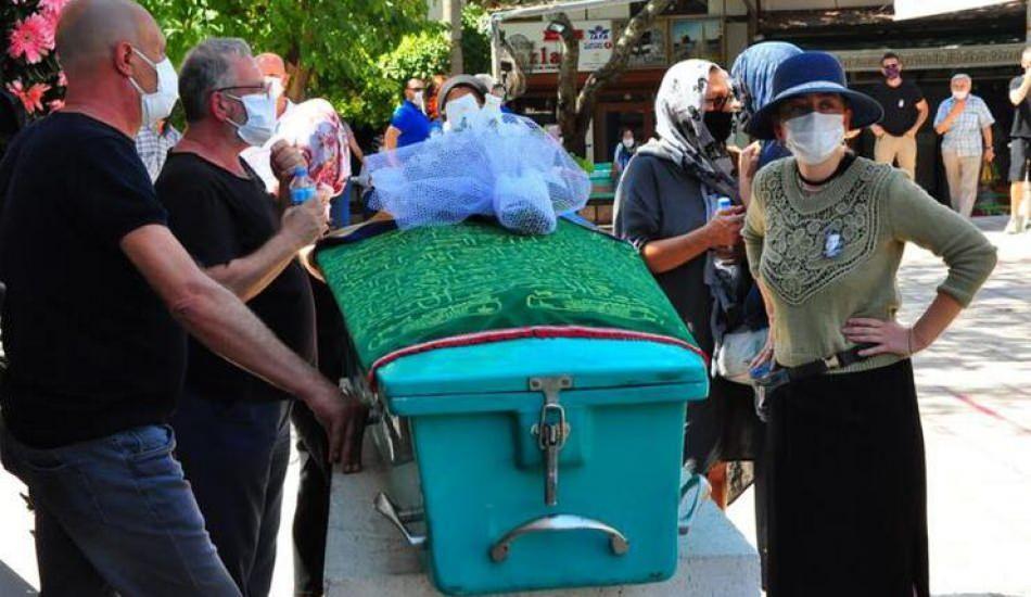 Demet Evgar babaannesinin cenazesinde ayakta durmakta zorlandı!