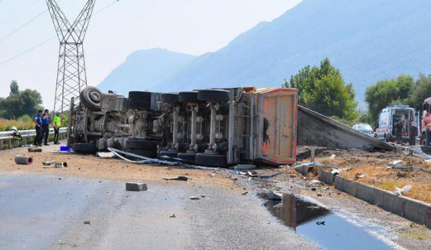 Kum yüklü TIR devrildi, sürücüsü hayatını kaybetti
