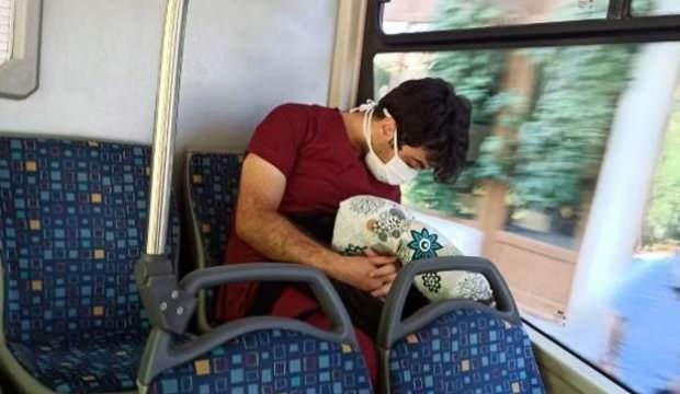Çalışmaktan yorgun düşen sağlık çalışanı otobüste uyurken görüntülendi