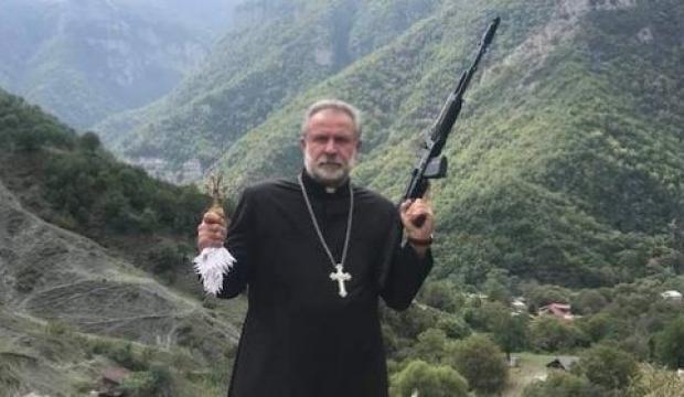 Ermenistan provokasyona devam ediyor: Silahlı papaz paylaşımı!