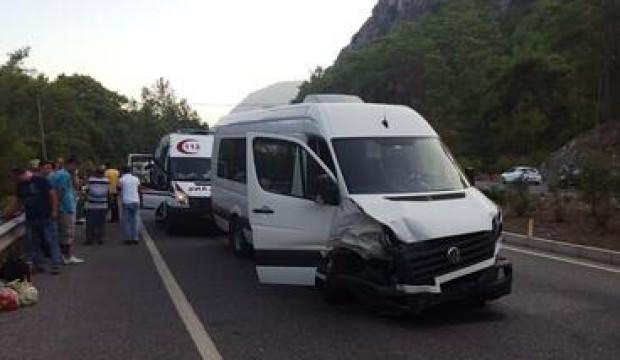 Silivri'de servis minibüsüyle otomobil kafa kafaya çarpıştı: Yaralılar var