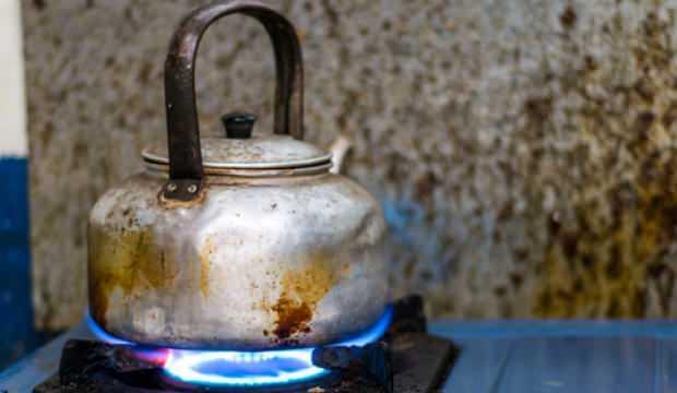 Kararmış çaydanlık nasıl parlatılır? İçi kireçlenmiş çaydanlık nasıl temizlenir?