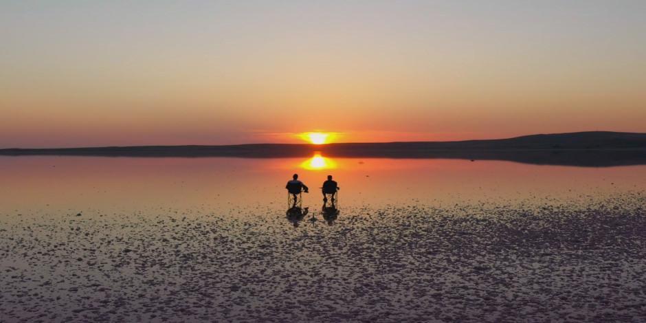 Tuz Gölü'nde kartpostallık gün batımı manzarası
