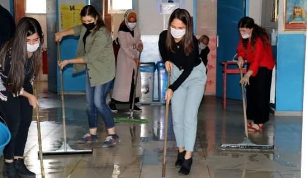 Fedakar öğretmenler, öğrencileri için okulu temizliyor