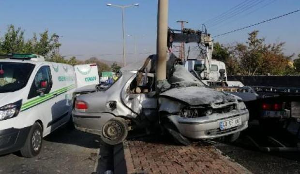 Aydınlatma direğine çarpan sürücünün acı ölümü