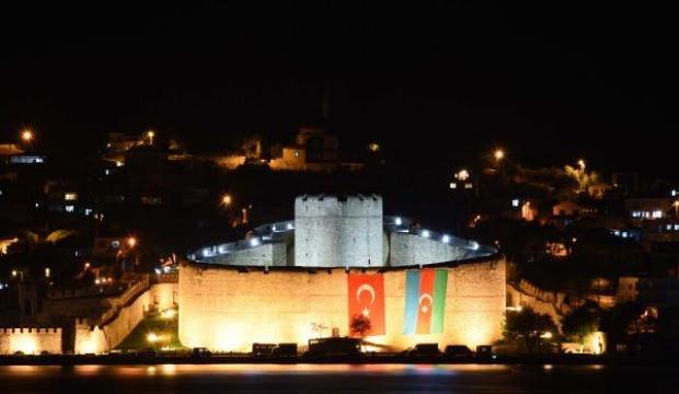Çanakkale Boğazı'ndaki 'Gazi Kale'den, Azerbaycan'a bayraklı destek
