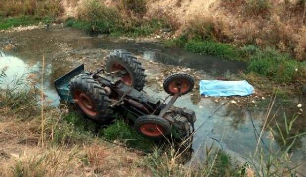 Çaya devrilen traktörün altında kalan sürücü öldü