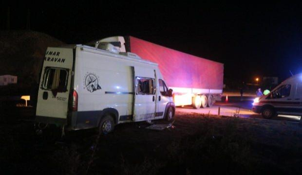Sivas'ta minibüs ile tır çarpıştı: 5 yaralı