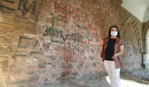 Tarihi külliyenin duvarlarına yazı yazılmasına tepki