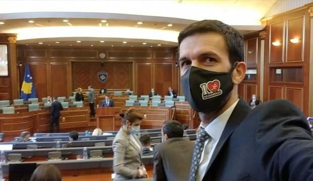 "Kosova milletvekili ""I Love Muhammed"" yazılı maskeyle Meclis oturumuna katıldı"