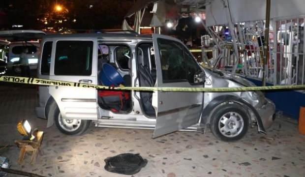 Hafif ticari araç, market önünde yemek yiyenlere çarptı: 8 yaralı