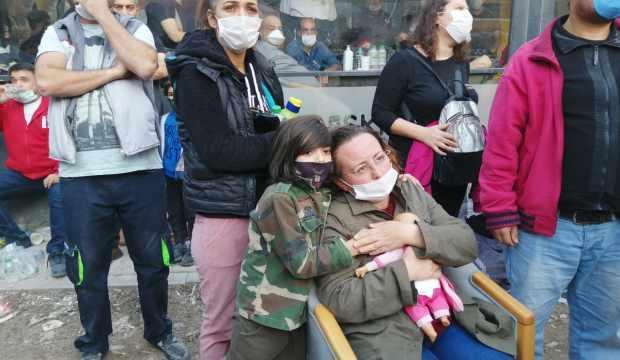 İzmir'de, 4 kızı enkaz altında kalan Nilay Yücel'in acı bekleyişi