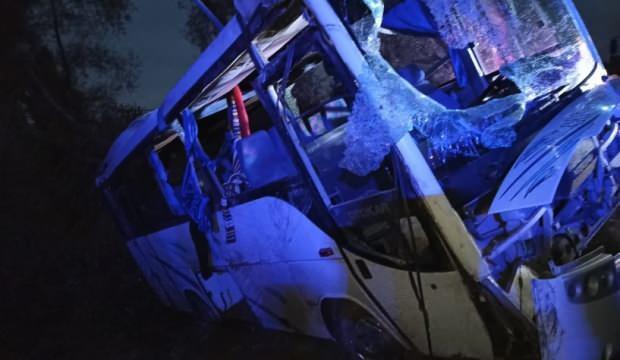 Tarım işçilerini taşıyan midibüs ile ticari araç çarpıştı: 1 ölü, 24 yaralı