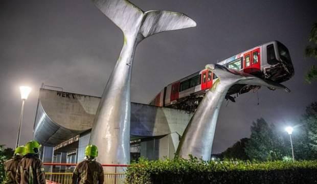 Metroda kaza: Tren 7,5 metre yükseklikte asılı kaldı