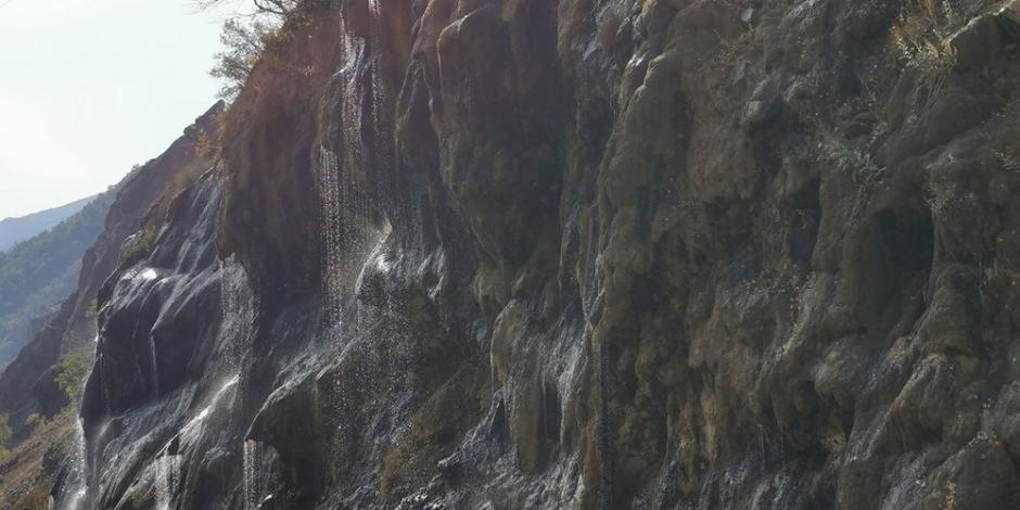 Tunceli'nin 'Ağlayan Kayalar'ı yoldan geçenlerin ilgi odağı oldu