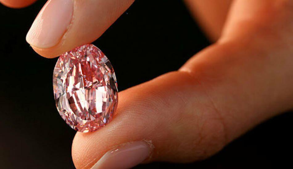"""Fiyatı dudak uçuklatıyor: """"En büyük"""" elmas satıldı!"""