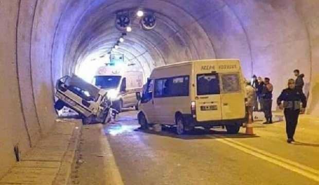 Artvin'de minibüs ile otomobil çarpıştı: 1 ölü, 4 yaralı