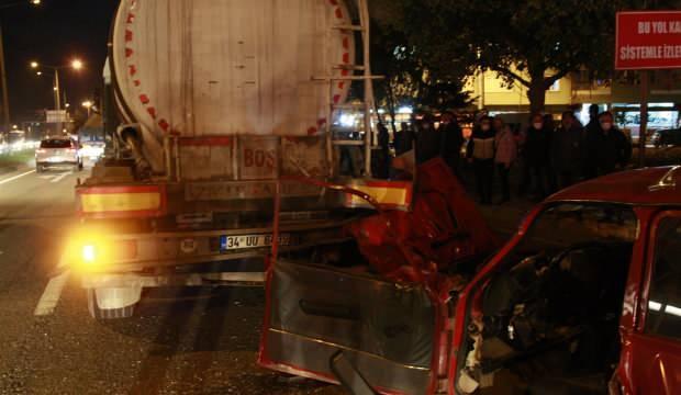 Feci kaza! Otomobil akaryakıt tankerine çarptı