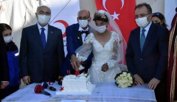 İzmir'de çadır kentte kalan çifte nikah