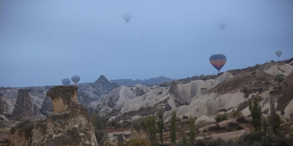 Kapadokya'da 'sis denizi' içinde rengarenk balon şovu