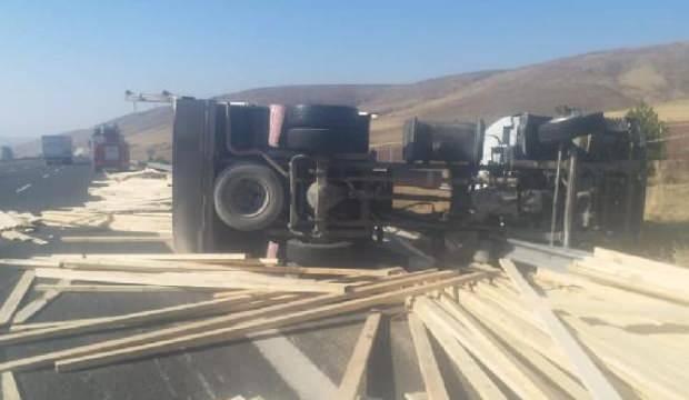 Niğde'de kamyon devrildi, sürücü öldü