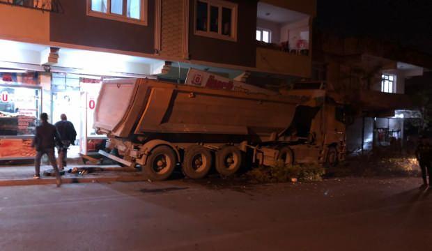 Freni boşalan hafriyat kamyonu iş yerine daldı