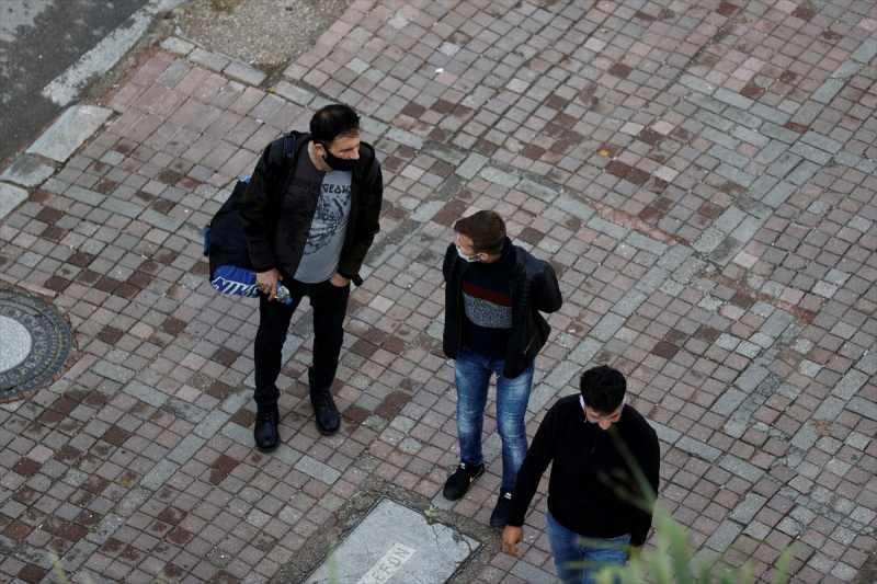 Deprem sonrası bazı vatandaşlar dışarıya çıktı.