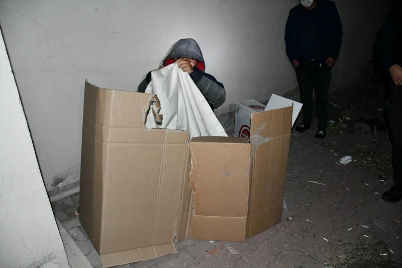 Karton koli içerisinde yatarken yakalandı