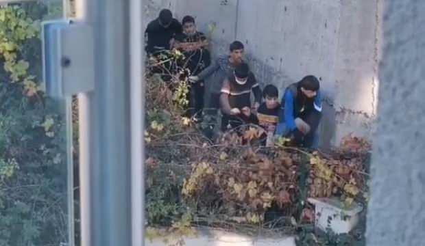 Kısıtlamayı ihlal eden çocuklar ekip otosunun siren sesini duyunca kaçıp saklandı
