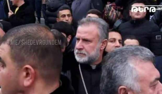 Karabağ'da silahla poz veren papaz yeniden ortaya çıktı