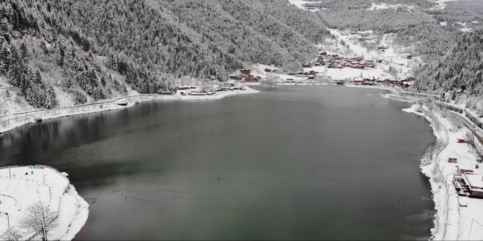 Buz tutan Uzungöl'den kartpostallık manzaralar