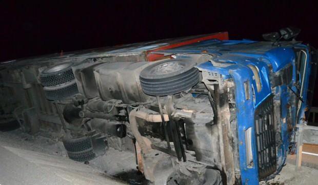 Feci kaza: Bariyerler tırın kabinine ok gibi saplandı, 2 kişi öldü