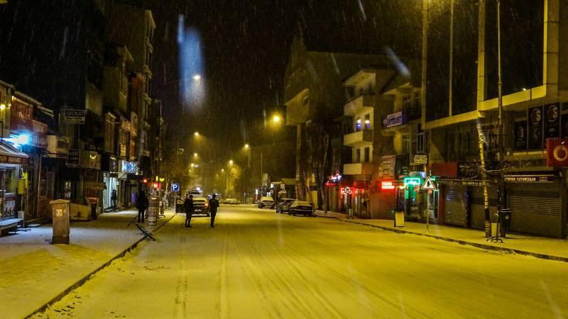 La nevicata è stata efficace ad Ardahan in serata.  La neve che inizia nel centro della città continua a intermittenza la sera.  Dopo la nevicata, le strade e le strade della città sono diventate bianche.  Alcuni conducenti hanno protetto le loro auto con una coperta per evitare di essere colpiti dalla nevicata.  I conducenti sono stati invitati a fare attenzione a causa della neve che si è verificata sulle strade principali a causa della neve.