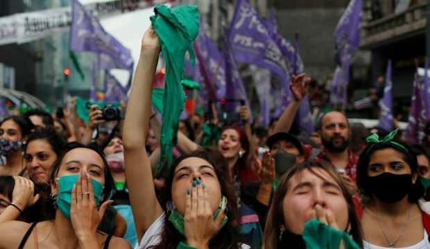 Arjantin'de kürtaj yasallaştı